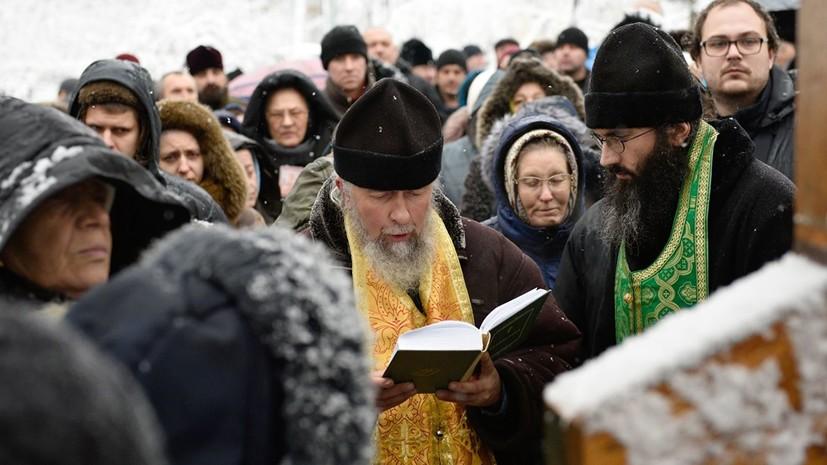 Верующие проводят молебен у Рады против переименования УПЦ