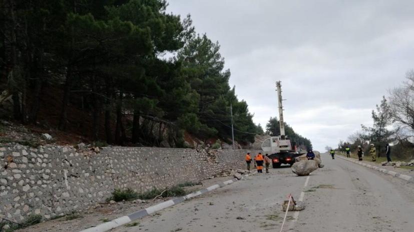 На дороге Ялта — Севастополь устранили последствия горного обвала