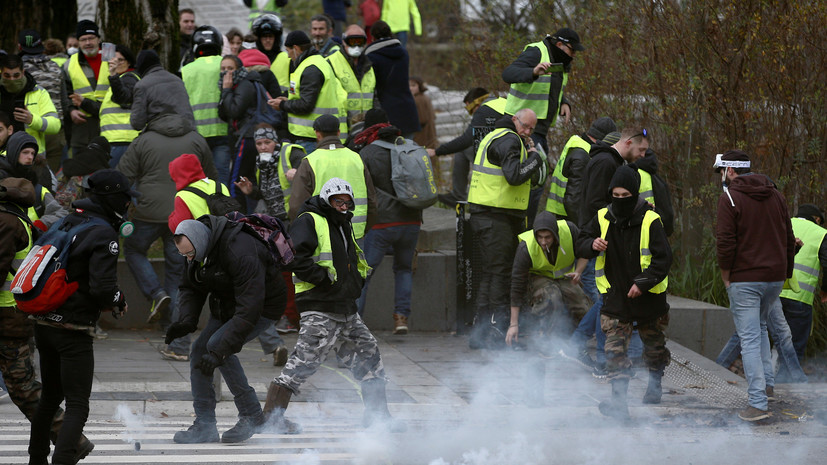 Около 40 протестующих попытались штурмом взять летнюю резиденцию Макрона