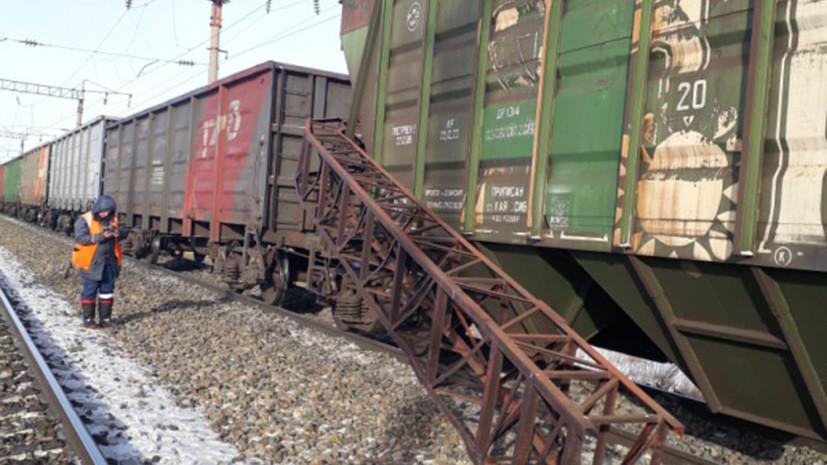 Пять вагонов грузового поезда сошли с рельсов в Амурской области