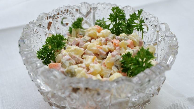 В Роспотребнадзоре посоветовали не сохранять заправленные салаты после застолья