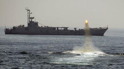 Корабль иранского военно-морского флота на учениях в водах Персидского залива и Ормузского пролива  в 2010 году