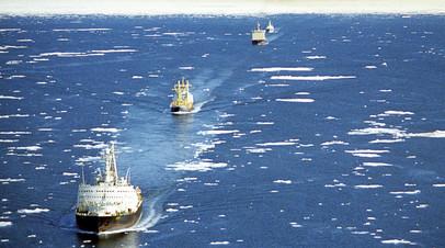 Караван транспортных судов в сопровождении ледоколов проходит по Северному морскому пути