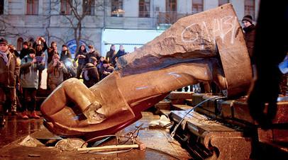 Снос памятника Ленину в Киеве, 8 декабря 2013 г.