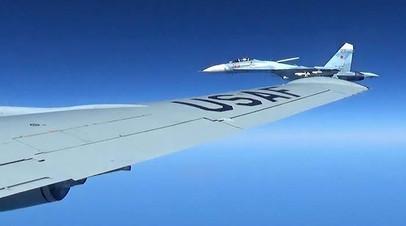 Российский истребитель Су-27 сопровождает разведывательный самолет ВВС США над Балтийским морем.