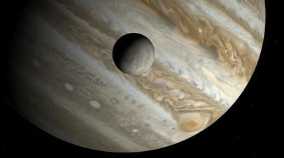 Европа на фоне Юпитера