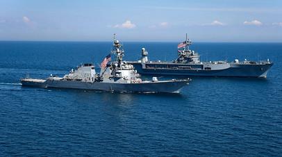 Эскадренный миноносец  типа «Портер» и флагманский корабль 6-го флота США «Маунт Уитни» во время американо-украинских учений Sea Breeze в июле 2018-го.
