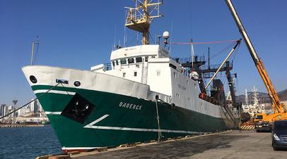 Списавшиеся на берег моряки не могут покинуть судно в Тихом океане