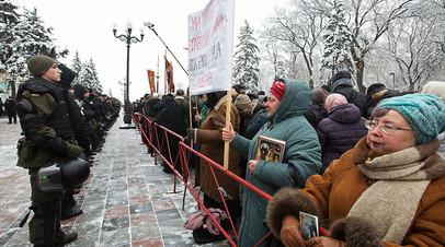 Верующие у здания Верховной рады в Киеве протестуют против лишения канонической Украинской православной церкви Московского патриархата её названия