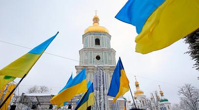 Украинские флаги верующих на «объединительном соборе» на Софийской площади в Киеве. В Киеве проходит так называемый объединительный собор, инициированный президентом Украины Петром Порошенко и константинопольским патриархом Варфоломеем