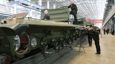 Рабочие «Уралвагонзавода» осуществляют сборку танков