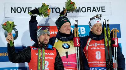 Призёры гонки преследования среди мужчин на третьем этапе Кубка мира по биатлону на церемонии награждения: Александр Логинов (Россия) – второе место, Йоханнес Бё (Норвегия) – первое место, Тарьей Бё (Норвегия) – третье место