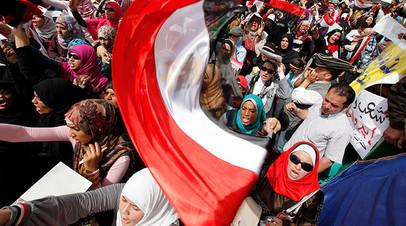 Египетские демонстранты на площади Тахрир в Каире, 1 апреля 2011 года. REUTERS/Mohamed Abd El-Ghany