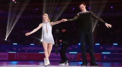 Евгения Тарасова и Владимир Морозов перед церемонией награждения на чемпионате России по фигурному катанию в Саранске