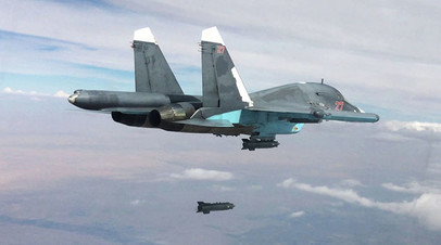 Истребитель-бомбардировщик Су-34 осуществляет бомбометание