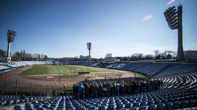 Стадион в Симферополе во время матча Кубка Крыма по футболу