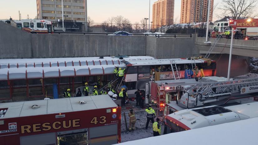 В Оттаве при наезде автобуса на остановку погибли три человека и 23 пострадали