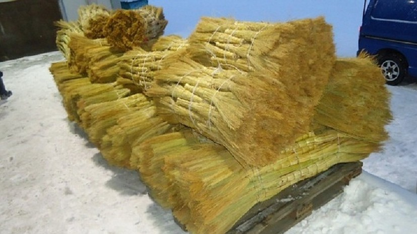 Выборгские таможенники изъяли 1050 хозяйственных веников