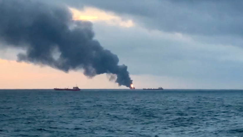 БуксирыЧФ направились на помощьдвум горящим судам в Керченском проливе