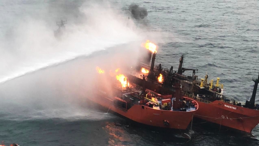 Горящий газ мешает потушить пожар на танкерах в Чёрном море