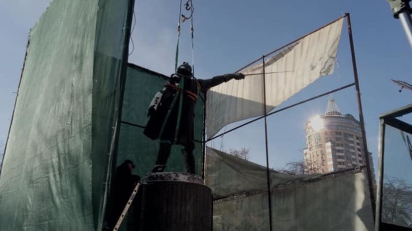 В Киеве приступили к демонтажу памятника Суворову