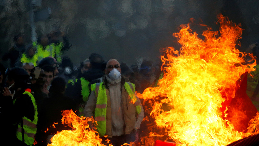 Во Франции участники движения «жёлтые жилеты» ворвались в полицейский участок
