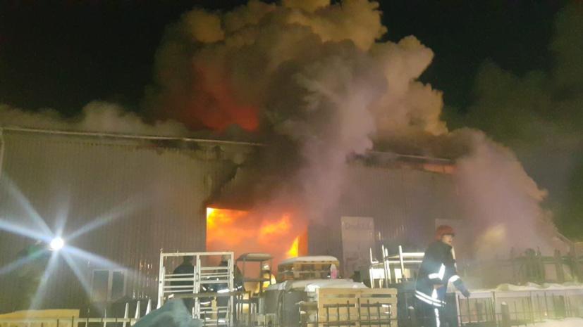 Пожар в ангаре в Екатеринбурге потушен