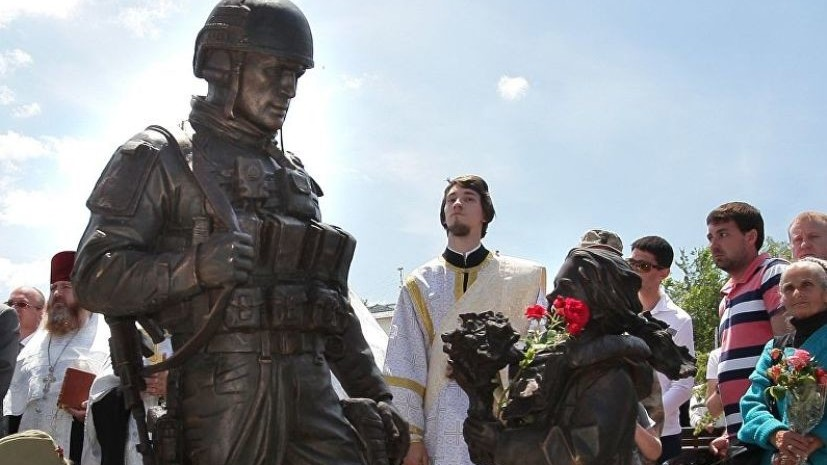 В Симферополе очистили от краски памятник «вежливым людям»