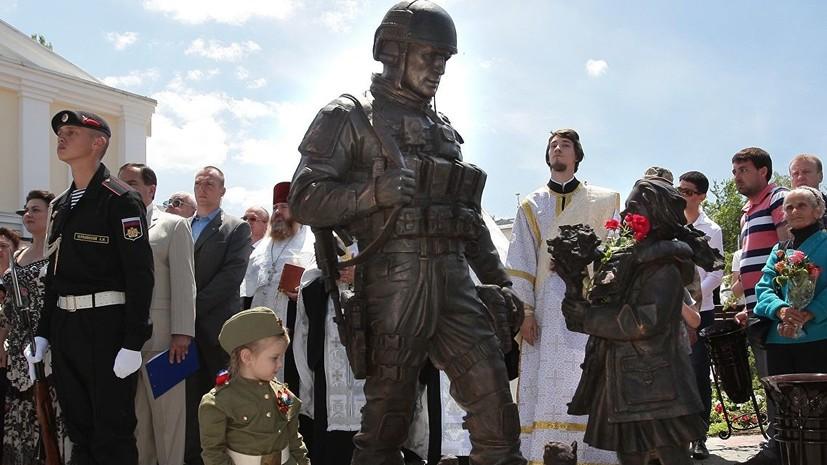 СМИ: Установлена личность облившего краской памятник «вежливым людям» в Крыму