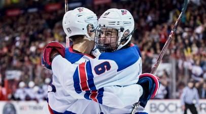 Хоккеисты сборной США празднуют гол в ворота национальной команды России