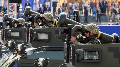 Украинские военнослужащие демонстрируют Javelin на параде в честь Дня независимости