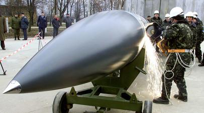 Украинские рабочие разрезают крылатую ракету воздушного базирования Х-22