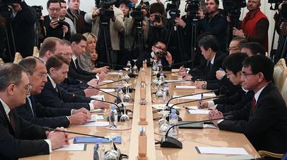 Министр иностранных дел РФ Сергей Лавров (второй слева) и министр иностранных дел Японии Таро Коно (справа) во время встречи в Москве