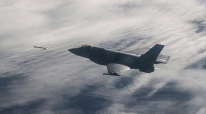 Истребитель F-35A Lightning II совершает учебный пуск ракеты класса «воздух—воздух» средней дальности AIM-120
