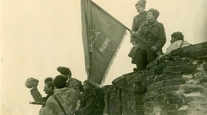 Боевое знамя 1258-го стрелкового ордена Александра Невского полка, которое было поднято над кремлёвской стеной после освобождения Новгорода 20 января 1944 года