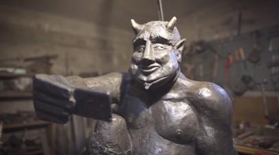Добродушный Люцифер: статуя весёлого дьявола со смартфоном возмутила испанцев