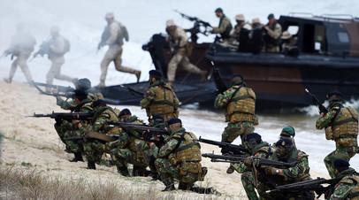 Военнослужащие НАТО высаживаются на берег условного противника на учениях Trident Juncture