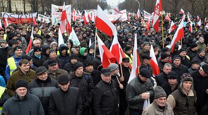 Польские фермеры проводят демонстрацию перед офисом премьер-министра в Варшаве