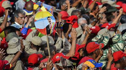 Участники марша в поддержку президента Венесуэлы Николаса Мадуро