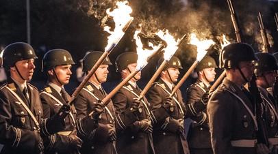 Военнослужащие бундесвера во время военной церемонии Großer Zapfenstreich