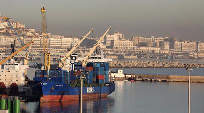 Вид на порт и город в Алжире