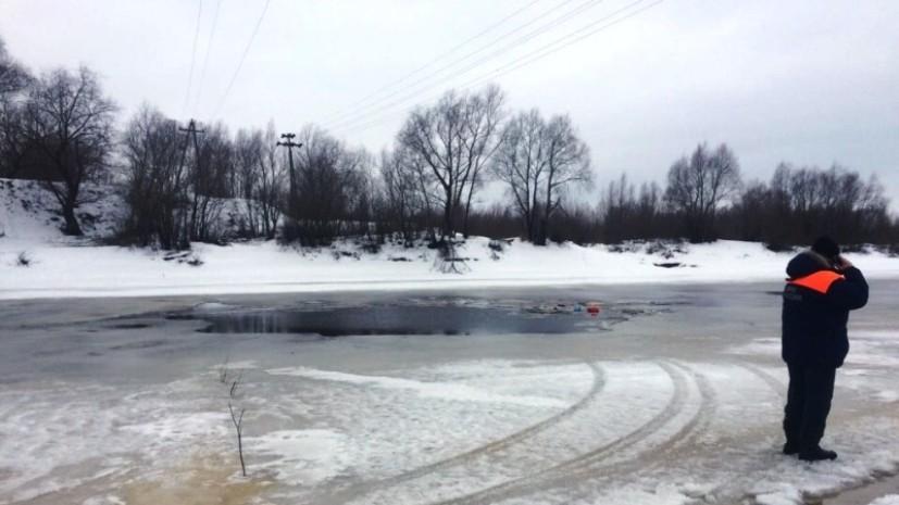 В Новгородской области машина с мужчиной и ребёнком ушла под лёд