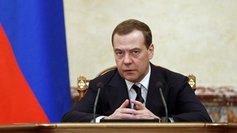Медведев рассказал членам Совфеда, почему пьёт воду с газом