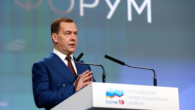 Медведев заявил о необходимости составить социальный портрет бедности