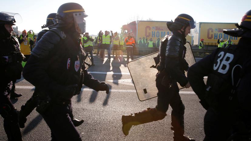 СМИ: Автомобиль совершил наезд на протестующих во Франции