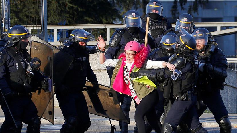 «Остановите полицейское насилие»: во Франции прошли очередные массовые протесты «жёлтых жилетов»