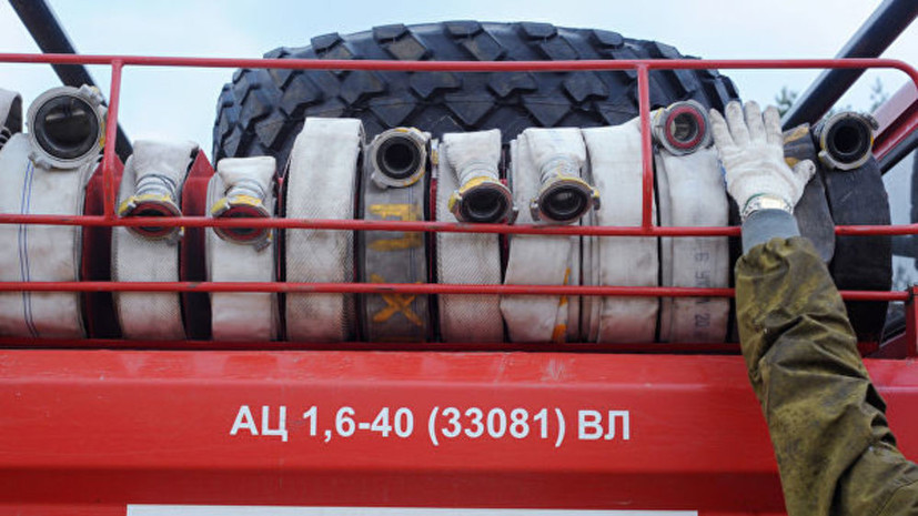 В Симферополе загорелся склад на заводе пластмасс