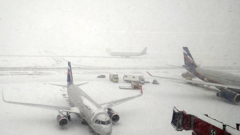 Более 100 рейсов задержали и отменили в аэропортах Москвы