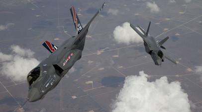 Пара F-35 Lightning во время тренировочного полёта