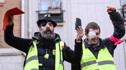 Один из лидеров «жёлтых жилетов» Жером Родригез (слева) на акции протеста в Париже
